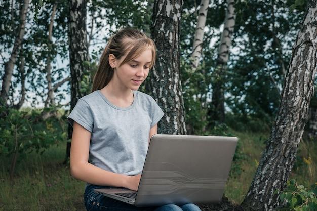 Fille avec ordinateur portable
