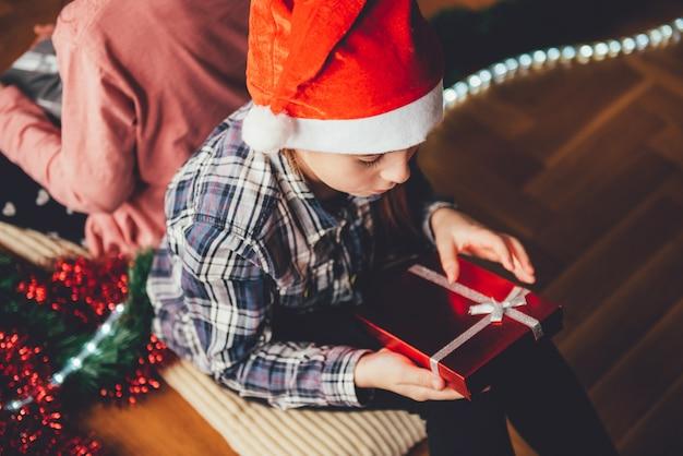 Fille ouverture cadeau de noel