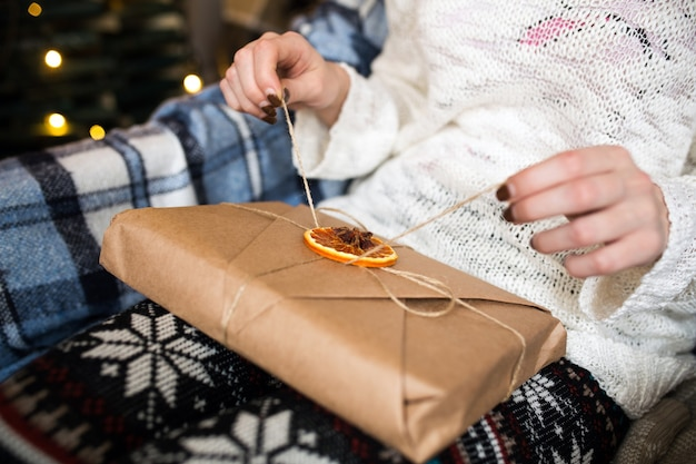 La fille ouvre un merveilleux cadeau vintage