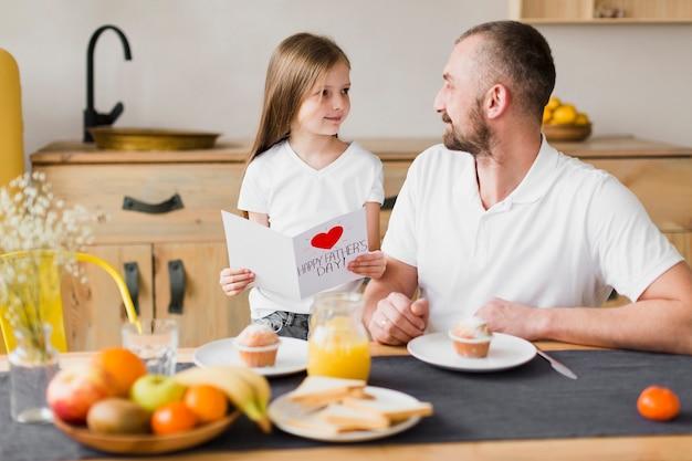 Fille et papa au petit déjeuner le jour de la fête des pères