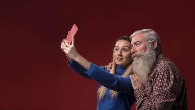Fille et papa prenant un selfie