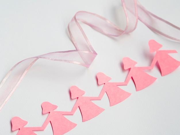 Fille de papier rose tenant par la main