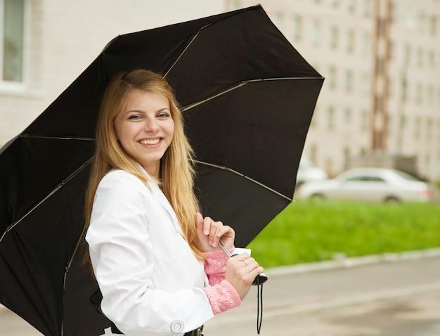 Fille avec parapluie en plein air