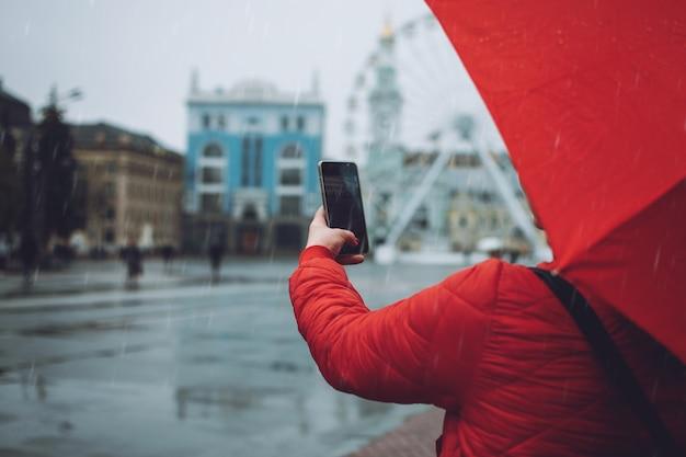 Fille avec parapluie rouge, prendre des photos sous la pluie