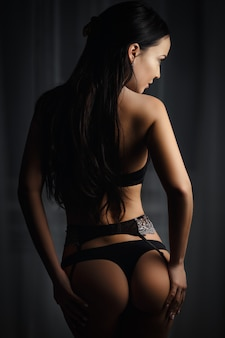 Fille parfaite dans une lingerie noire sexy