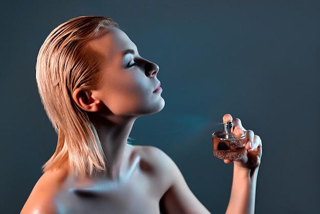 Fille avec parfum.