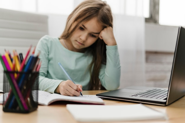 Fille participant à des cours en ligne