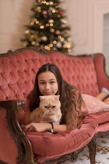 La fille passe les vacances de noël avec son chat