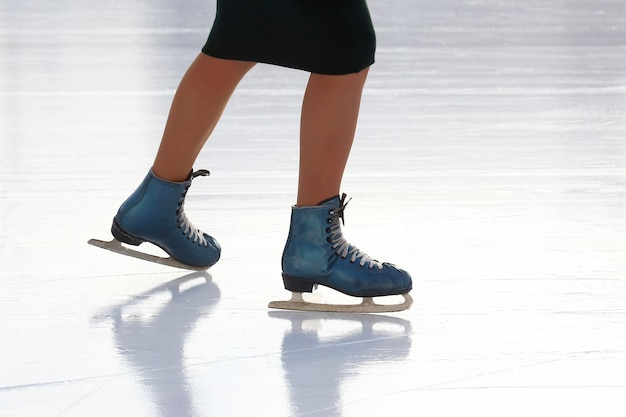 Fille de patinage pieds patinage sur patinoire