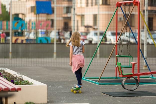 Fille patinant sur le terrain de jeu