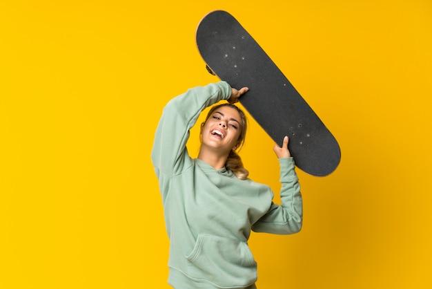 Fille de patineur blonde adolescente