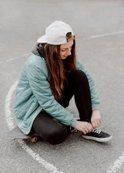 Fille de patineur dans la haute vue urbaine