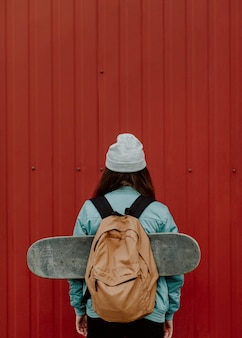 Fille de patineur dans l'urbain de l'espace de copie de tir arrière