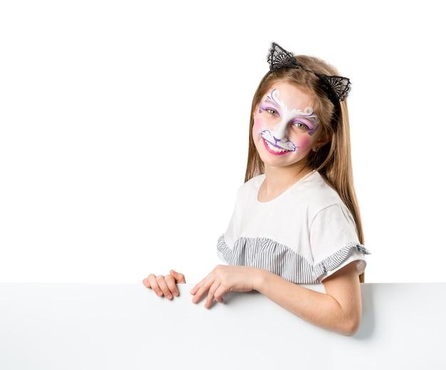 Fille avec la peinture du visage tenant une bannière blanche