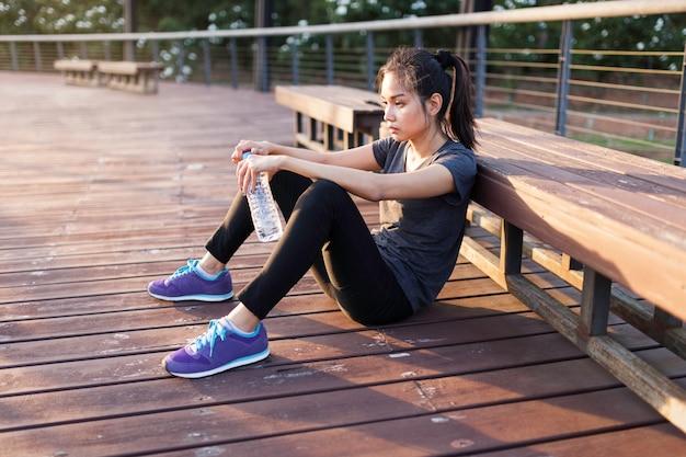 Fille pensive après l'exercice