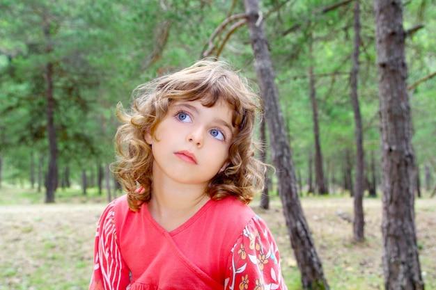 Fille pensive en forêt nature arbre pensant geste