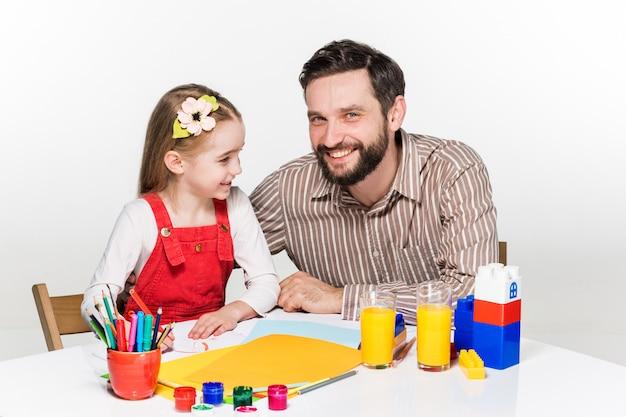 Fille et père dessinant ensemble