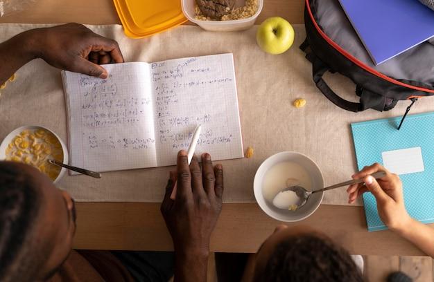Fille et père à faire leurs devoirs