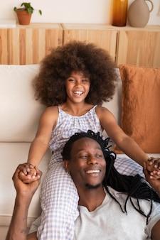 Fille et père se détendre à la maison