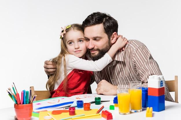 La fille et le père se rapprochant