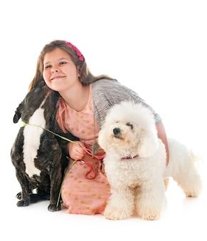 Fille et petits chiens