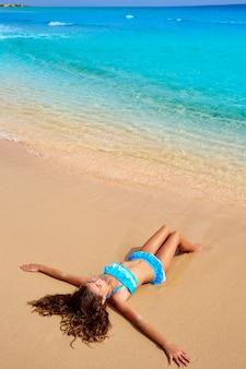 Fille sur la plage de fuerteventura aux îles canaries
