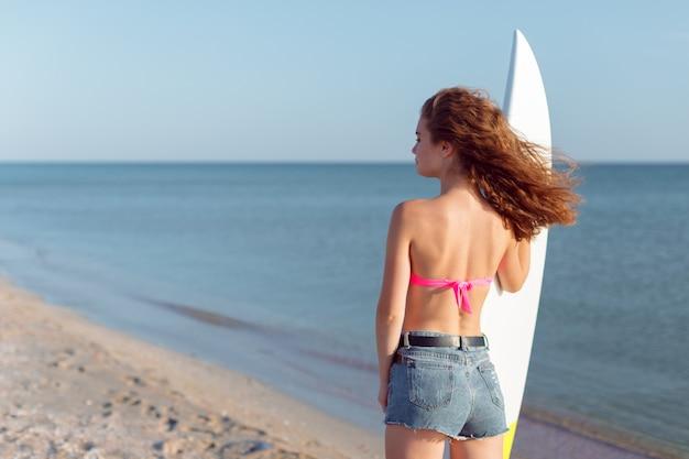 Fille avec planche de surf