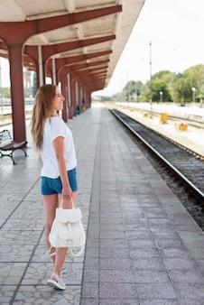 Fille de plein coup dans la gare