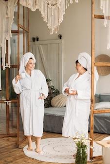 Fille plus la taille en robe et turban spa smile spa journée en famille