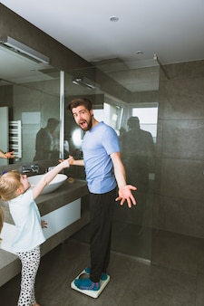 Fille pointant sur un homme choqué sur des échelles