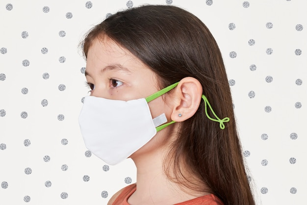Fille portant un masque blanc