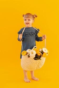 Fille portant un panier de fleurs