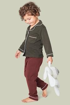 Fille portant un pyjama bicolore