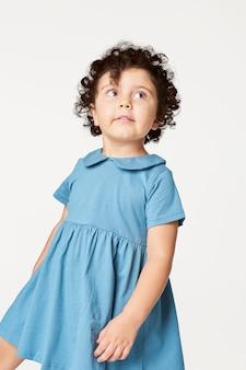 Fille portant une robe bleue