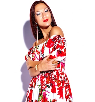 Fille portant une robe à fleurs