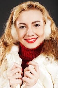 Fille portant des vêtements chauds d'hiver