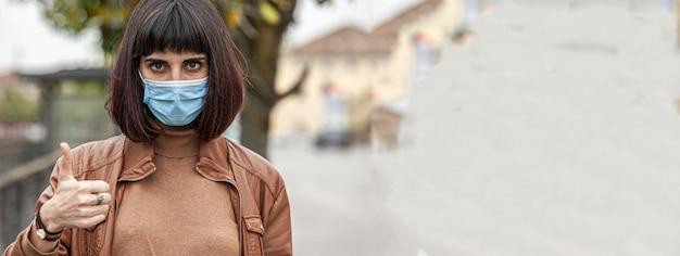 La fille porte un masque, une image de bannière avec un espace de copie