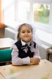 Fille porte un uniforme scolaire à l'école
