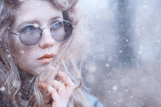 Fille portrait romantique première neige automne