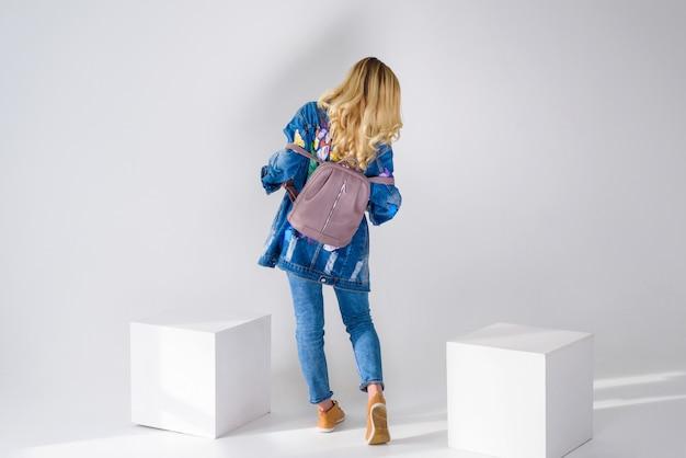 Fille posant avec un sac à dos