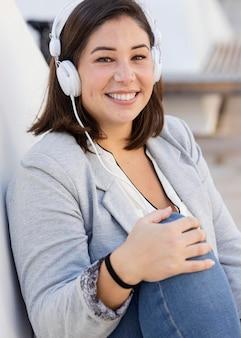 Fille potelée, écouter de la musique à l'extérieur