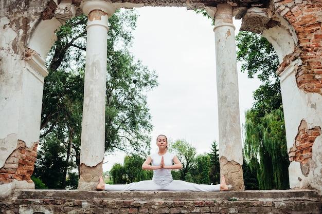 Fille pratique le yoga asana dans le parc lors de la journée internationale du yoga