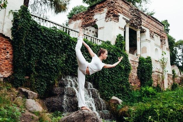 Fille pratique le yoga asana sur la journée internationale du yoga