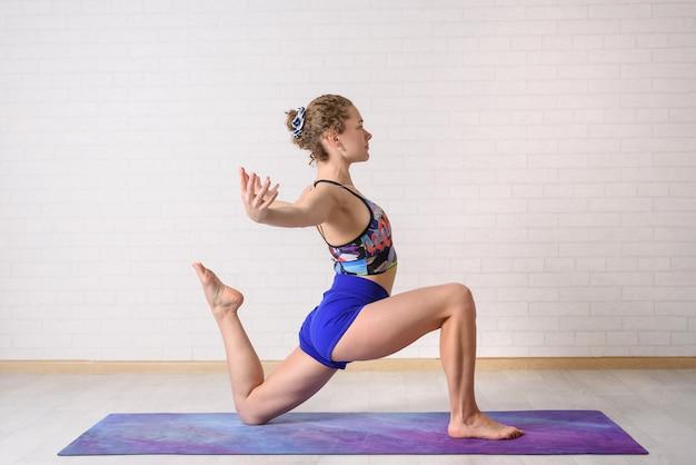 La fille pratique le yoga.