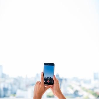 Fille prenant une photo de paysage