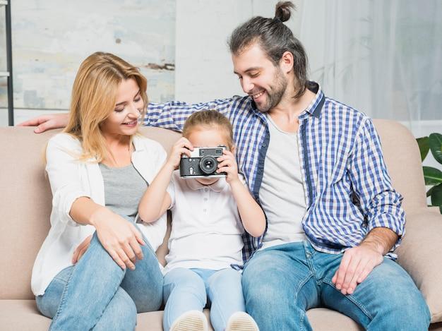 Fille prenant des photos
