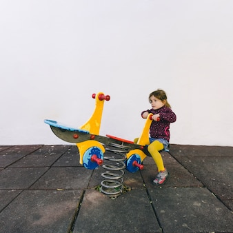 Fille prenant le tour sur la balançoire