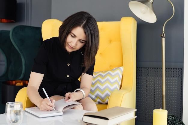 Fille prend des notes dans un cahier