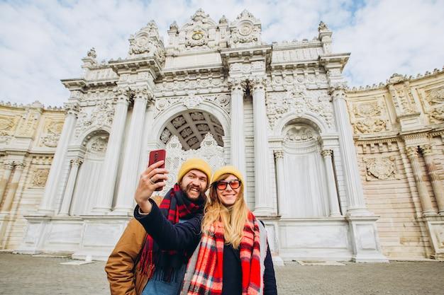 Fille prend un selfie sur la place en face de dolmabahce, istanbul, turquie