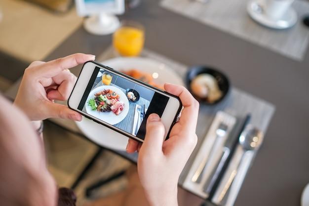 Fille, prendre, nourriture, photo, téléphone, appareil photo